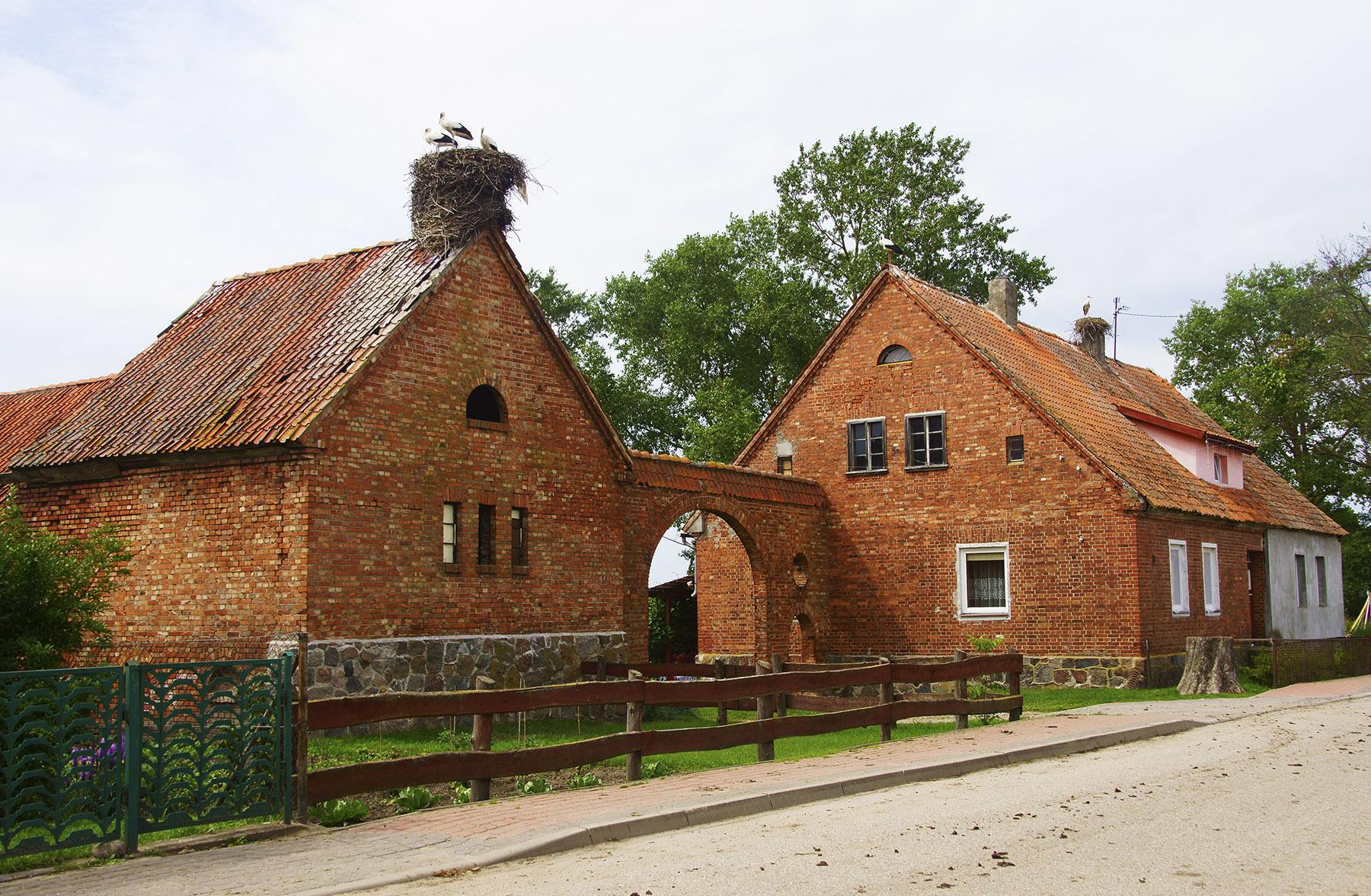 Zabytkowe gospodarstwa z charakterystyczną bramą wjazdową w Zabroście Wielkim