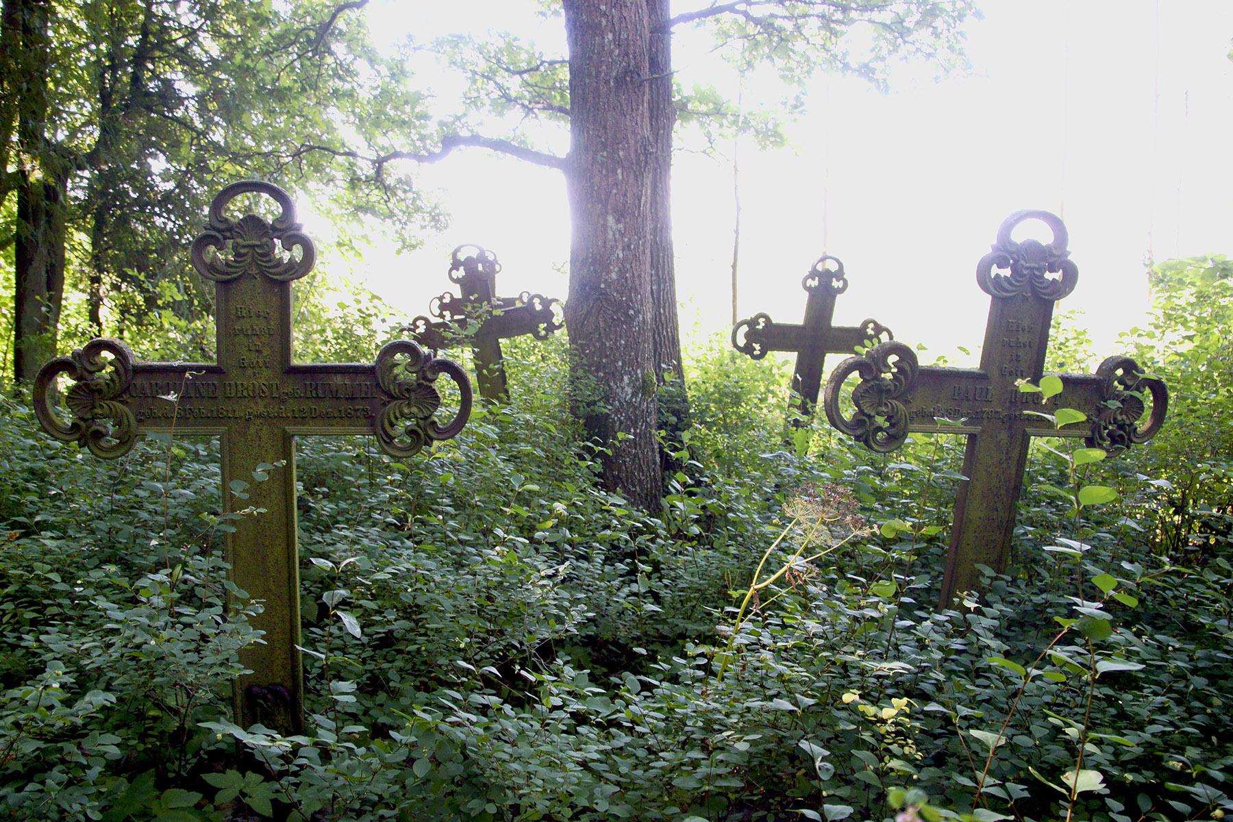 Kute, żeliwne krzyże na starym cmentarzu wiejskim w Pietrelach