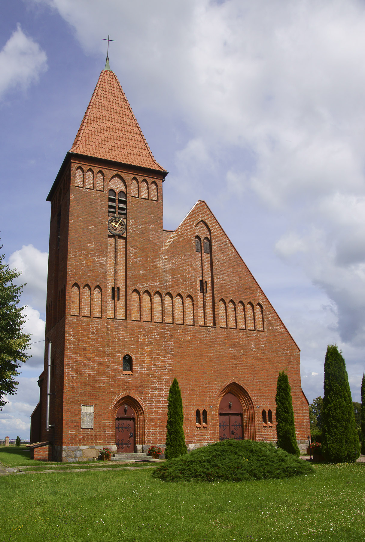 Jubileuszowy (zbudowany z okazji 200-lecia koronacji pierwszego króla w Prusach – 1901 r.) kościół w Olszewie Węgorzewskim – obecnie świątynia katolicka pod wezwaniem Podniesienia Krzyża Świętego