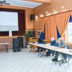 Przedstawiciele gmin Stowarzyszenia Warmińsko-Mazurskich Gmin Pogranicza słuchają prelegenta w sali konferencyjnej