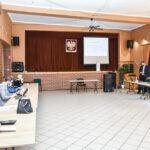 Przedstawiciele gmin członkowskich Stowarzyszenia Warmińsko-Mazurskich Gmin Pogranicza słuchają prelegenta w sali konferencyjnej